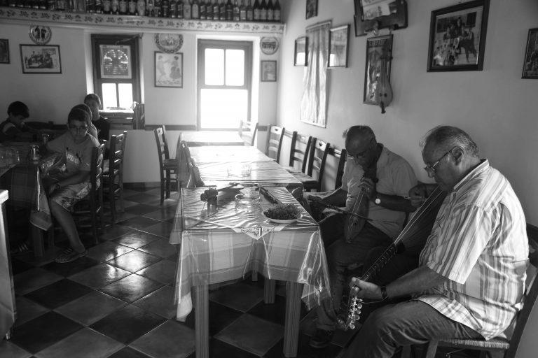 Αχαϊα: Μαχαίρωσε τη γυναίκα του, στο λαιμό μέσα σε καφενείο! | Newsit.gr