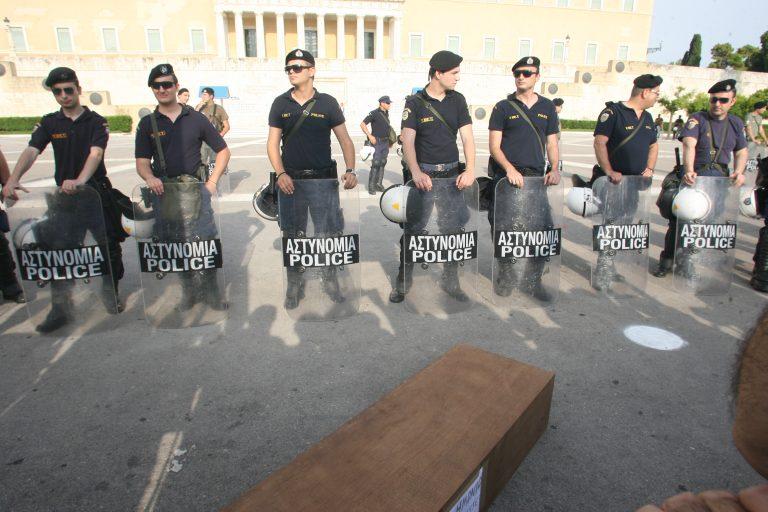 Κομοτηνή: Οι ένστολοι βγήκαν στους δρόμους με φέρετρα! | Newsit.gr