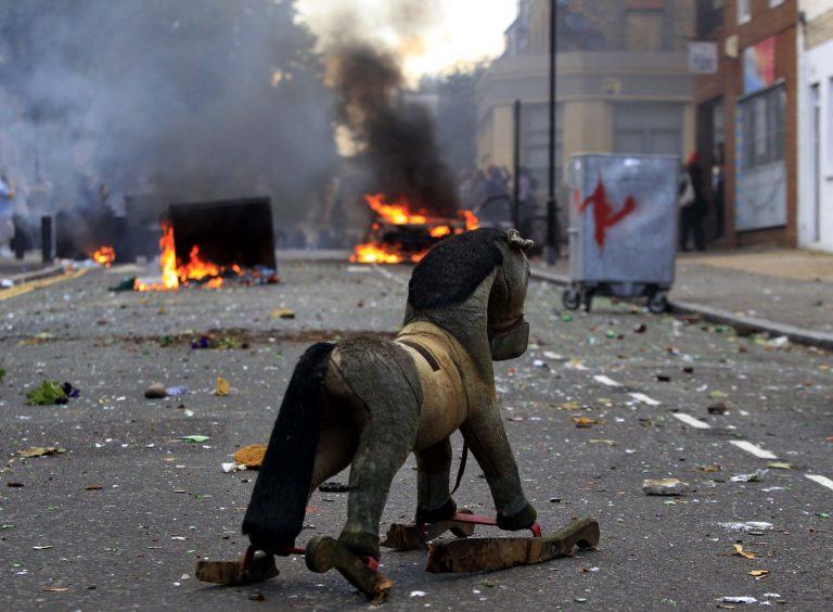 Πάνω από 170 εκατομμύρια ευρώ οι ζημιές από τα επεισόδια στη Βρετανία | Newsit.gr