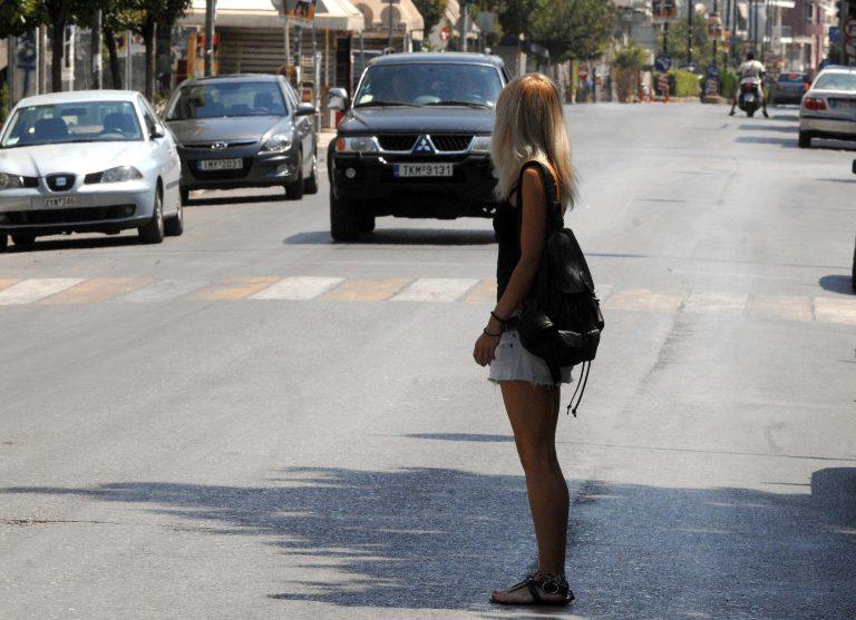 Αχαϊα: Οι όμορφες νεαρές σταμάτησαν τις ερωτήσεις ξαφνικά και άρχισαν να τρέχουν… | Newsit.gr