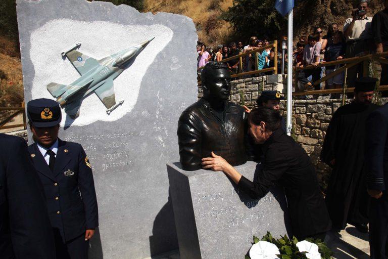Ηράκλειο: Συγκίνηση στα αποκαλυπτήρια της προτομής του ήρωα πιλότου   Newsit.gr