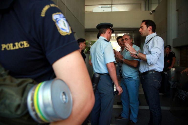 Αστυνομικοί πιάστηκαν στα χέρια στο κέντρο της Αθήνας! | Newsit.gr