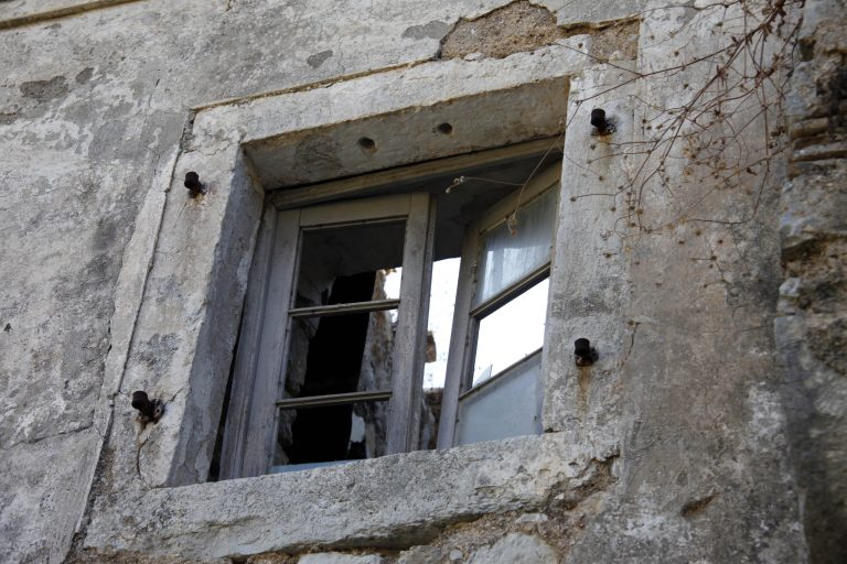 Αχαϊα:Έπιασε τον οικοδόμο σύζυγό της με άντρα, στο κρεβάτι του σπιτιού τους! | Newsit.gr