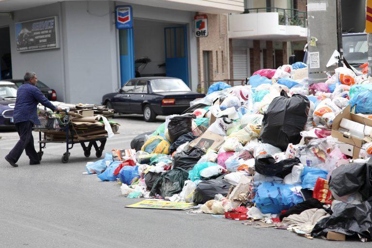 Κρήτη: »Μαλλιά κουβάρια» δημοτική αστυνομικός και λιμενικός για τα σκουπίδια! | Newsit.gr