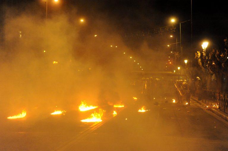 """Νέα """"μάχη"""" με τα ΜΑΤ τα ξημερώματα – Κάηκαν αυτοκίνητα   Newsit.gr"""