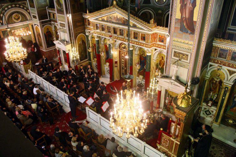 Πάτρα:Οι…μεγάλοι σταυροί που έκαναν σταμάτησαν όταν ανέβηκαν στον γυναικωνίτη! | Newsit.gr