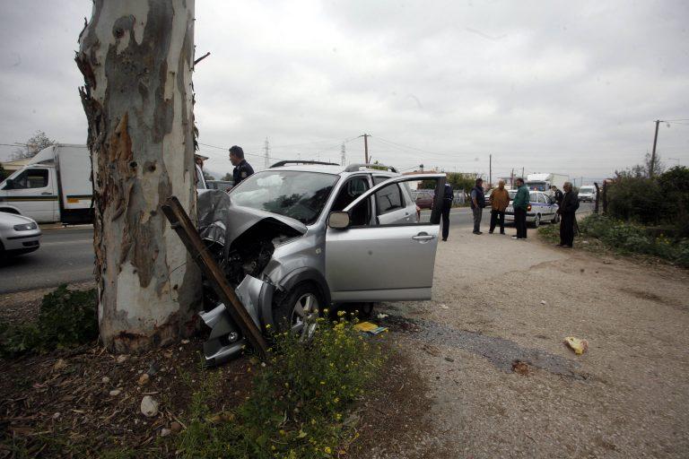 Εύβοια: Χαροπαλεύει μητέρα που έπεσε με το αυτοκίνητό της, σε δέντρο! | Newsit.gr