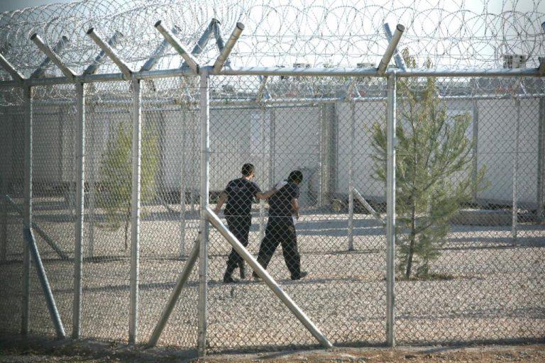 Επεισόδια στο κέντρο μεταναστών Κορίνθου – Τα έκαναν γυαλιά καρφιά οι μετανάστες   Newsit.gr