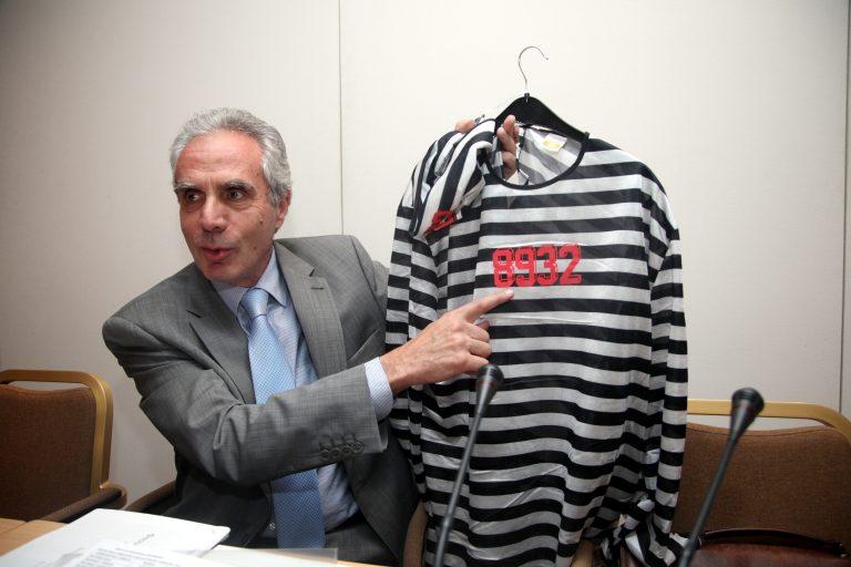 Γιατί ο κ.Λουράντος κρατάει στολή φυλακισμένου; | Newsit.gr