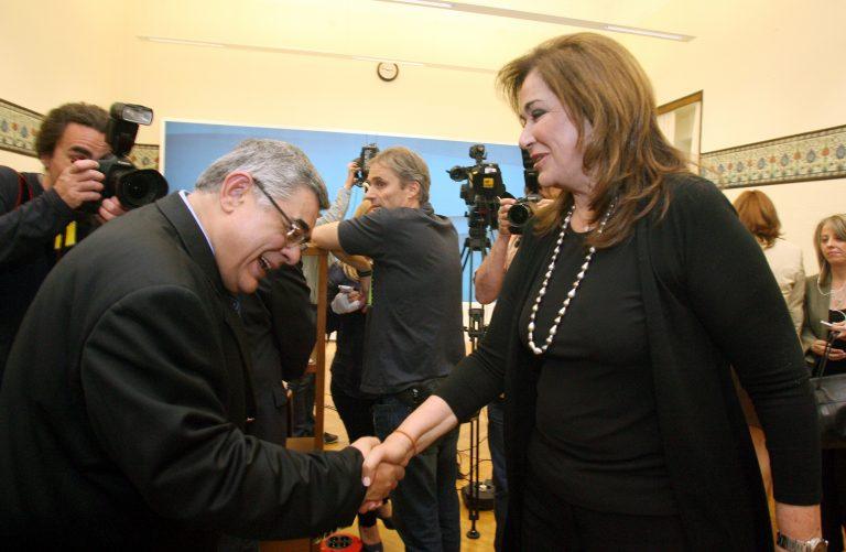 Όταν ο γ.γ. της Χρυσής Αυγής υποκλίθηκε σε πολιτικό αρχηγό | Newsit.gr