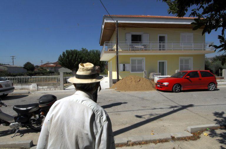 Αχαϊα: O ένας έξω οπλισμένος και ο άλλος μέσα κλειδωμένος!   Newsit.gr