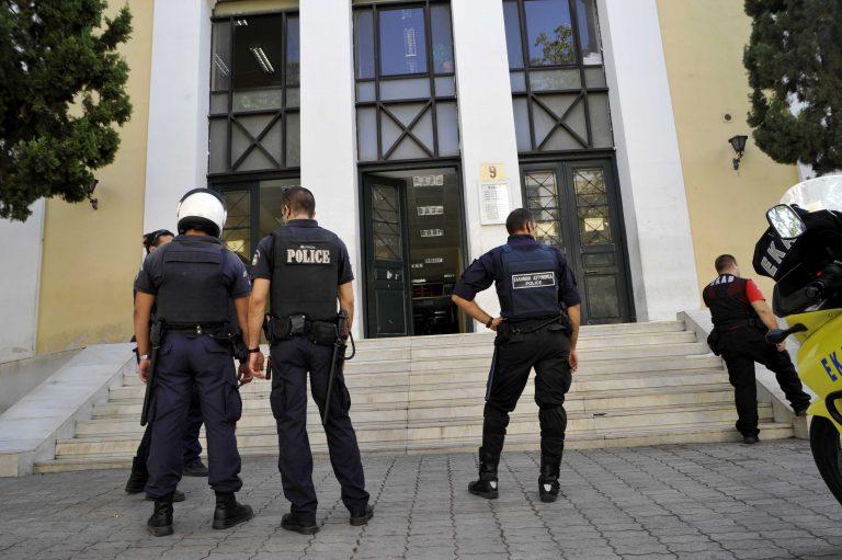 Πρώτα δολοφονία και τώρα απόδραση! – Ξέφραγο αμπέλι η Ευελπίδων – Αλλοδαπός έφυγε την ώρα της μεταφοράς του στον εισαγγελέα | Newsit.gr