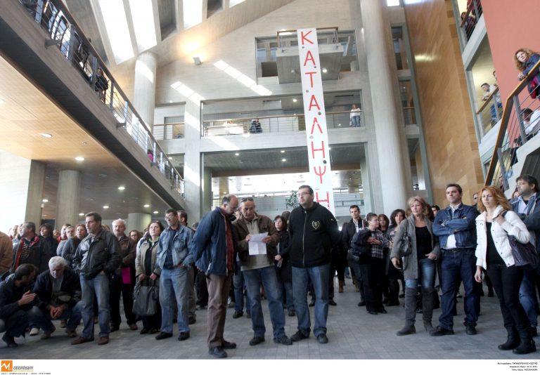 Θεσσαλονίκη: Εργαζόμενοι στους δήμους κατέλαβαν 3 δημαρχεία! | Newsit.gr
