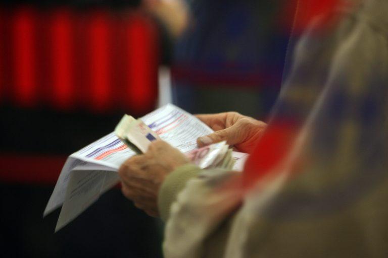 Εύβοια: Δύο οικογένειες άκουγαν τις αυξήσεις της ΔΕΗ και χαμογελούσαν… | Newsit.gr