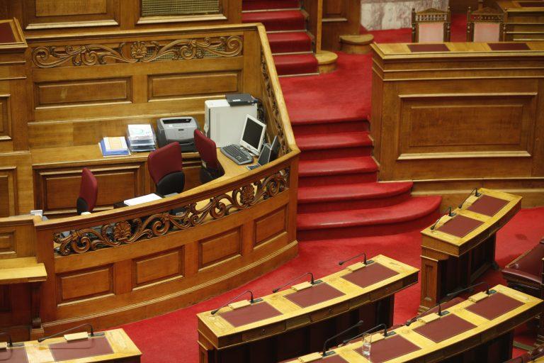 Νεα υποχώρηση της κυβέρνησης μπροστά στις απειλές των υπαλλήλων της Βουλής | Newsit.gr