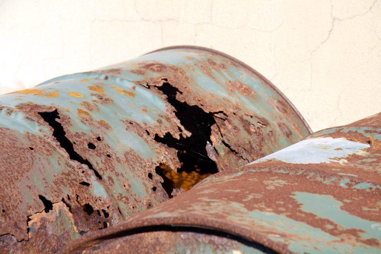 Ηράκλειο: Οικογένεια κτηνοτρόφων έκρυβε όπλα και βαρέλια με χασίς! | Newsit.gr
