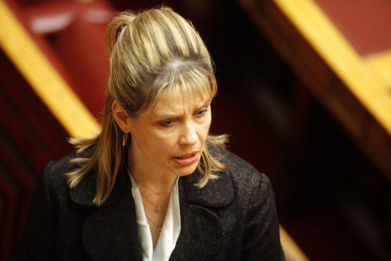 Έξαλλη με την «αστυνομία μόδας» της Βουλής η Κατερίνα Παπακώστα | Newsit.gr
