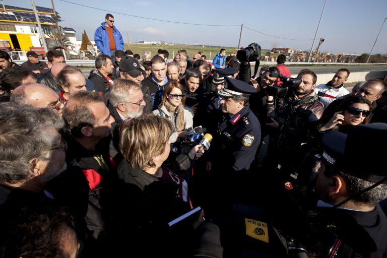 Προειδοποιητικό κλείσιμο της εθνικής για λίγα λεπτά από τους αγρότες στον κόμβο της Νίκαιας | Newsit.gr