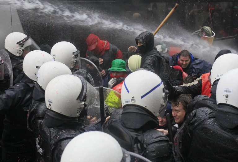 Τα έσπασαν οι εργάτες της Χαλυβουργίας στο Νότιο Βέλγιο | Newsit.gr