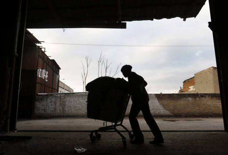 Reuters: Ο Έλληνας οικοδόμος που έγινε ρακοσυλλέκτης για να ζήσει τα παιδιά του!   Newsit.gr