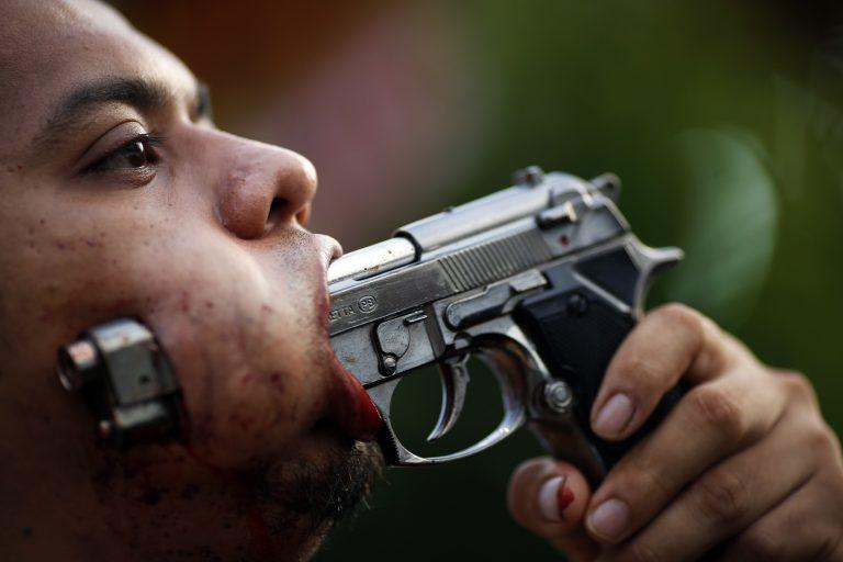 Πιστοί τρυπούν το πρόσωπό τους με μαχαίρια, ακόμα και πιστόλια! – ΦΩΤΟ | Newsit.gr