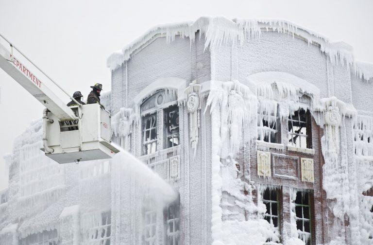 Πάγωνε το νερό στις μάνικες των πυροσβεστών! – ΒΙΝΤΕΟ | Newsit.gr