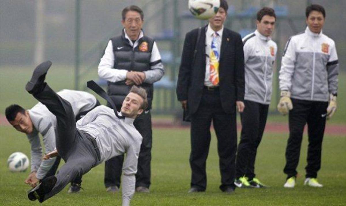 Δες την τούμπα του David Beckham με κοστούμι στο γήπεδο!   Newsit.gr