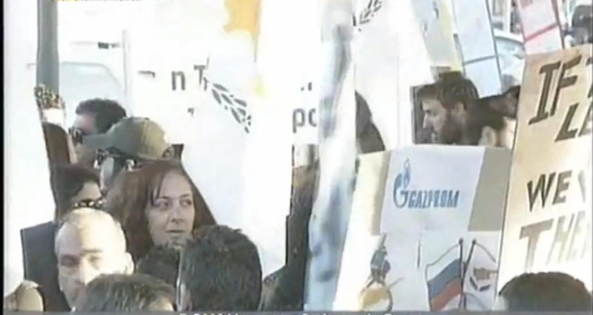 Χιλιάδες οι διαδηλωτές τώρα έξω από τη Βουλή της Κύπρου | Newsit.gr