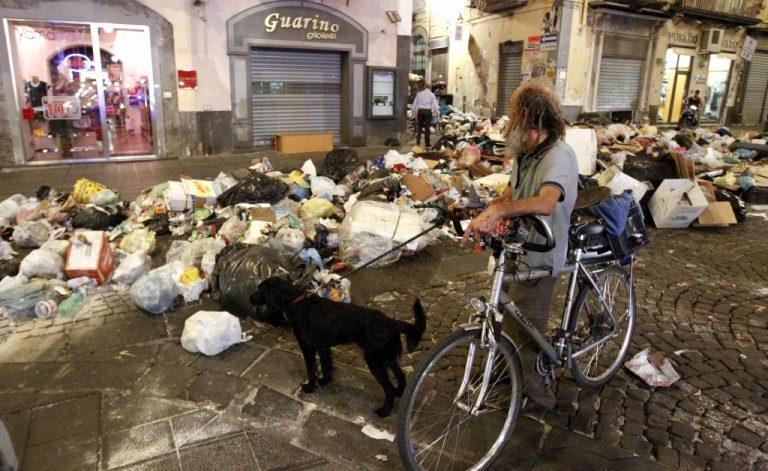 Ανθρωποι και σκουπίδια πάλι στη Νάπολη! – Αφόρητη η κατάσταση | Newsit.gr