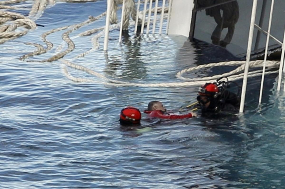 Άλλοι πέντε νεκροί εντοπίστηκαν στο κουφάρι του Costa Concordia – Νέες αποκαλύψεις για τον ανεκδιήγητο πλοίαρχο! | Newsit.gr