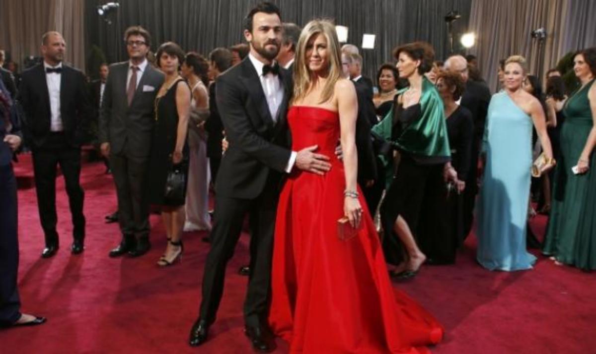 Η J. Aniston: Υπέροχη στα 43 της, με κόκκινη τουαλέτα στο κόκκινο χαλί! | Newsit.gr