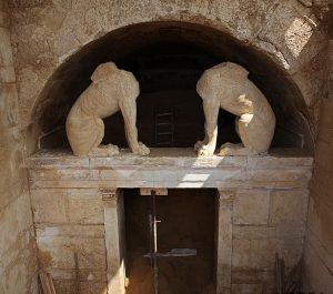 Αμφίπολη: Επίσκεψη του Κώστα Καραμανλή στο ταφικό μνημείο – Ξενάγηση μαζί με τον ξάδερφό του!