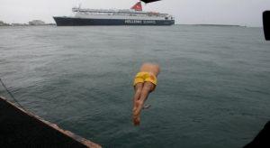 Θεοφάνεια: Ο ένας και μοναδικός που βούτηξε στην παγωμένη θάλασσα της Χίου [pics, vid]