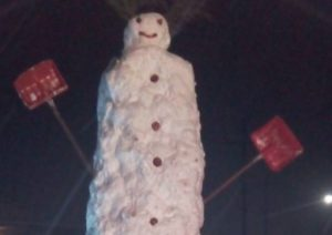 Καστοριά: Αυτός είναι ο χιονάνθρωπος που αγγίζει τα 8 μέτρα – Έσπασε κάθε προηγούμενο ρεκόρ [pics]