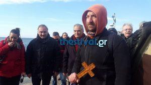 Θεοφάνεια: Έπιασε τον σταυρό στη θάλασσα της Θεσσαλονίκης [pics, vids]