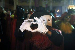 Ξάνθη: Βιαστής στο καρναβάλι – Η αποκριάτικη μάσκα και η επίθεση στην 24χρονη γυναίκα (Βίντεο)!