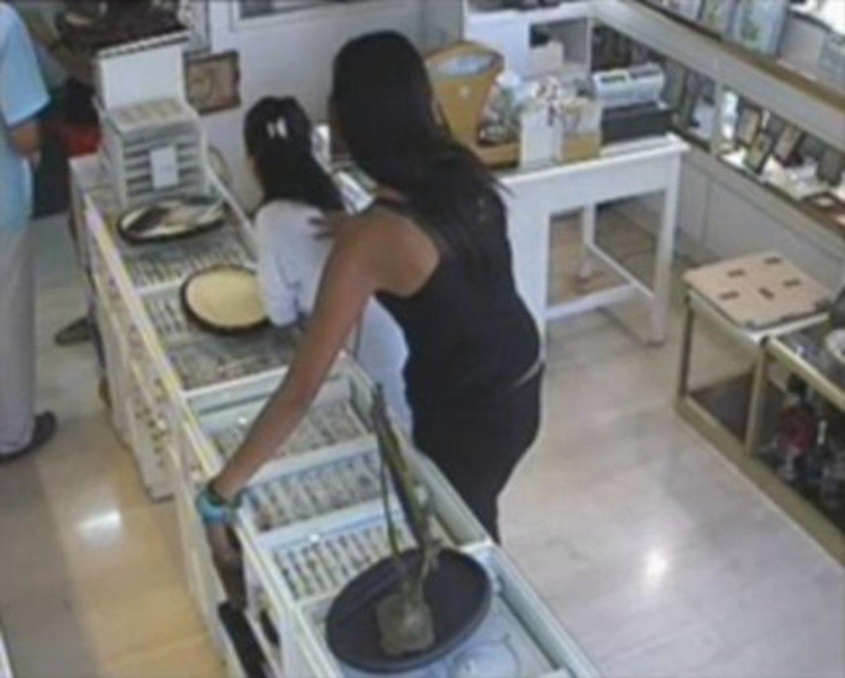Λασίθι: Γυναίκα… δηλητήριο με χέρια μακριά – Ληστεία στην κάμερα! | Newsit.gr