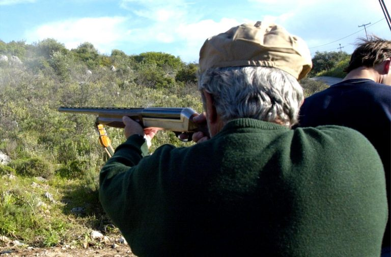 Αργολίδα: Εκπυρσοκρότησε το όπλο που είχε κρεμασμένο στην πλάτη του! | Newsit.gr