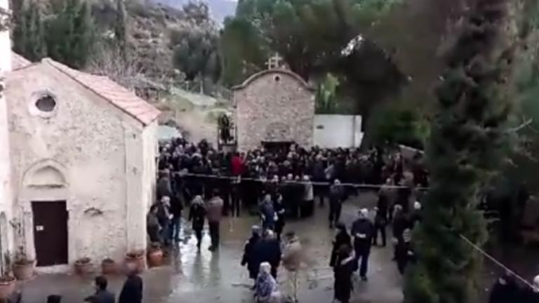 Ηράκλειο: Απίστευτες εικόνες σε κηδεία – Σαρώνουν το facebook τα απίθανα στιγμιότυπα [vid] | Newsit.gr