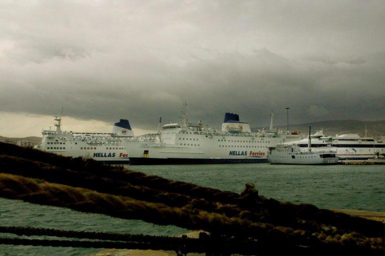 Δεμένα τα πλοία στα λιμάνια | Newsit.gr