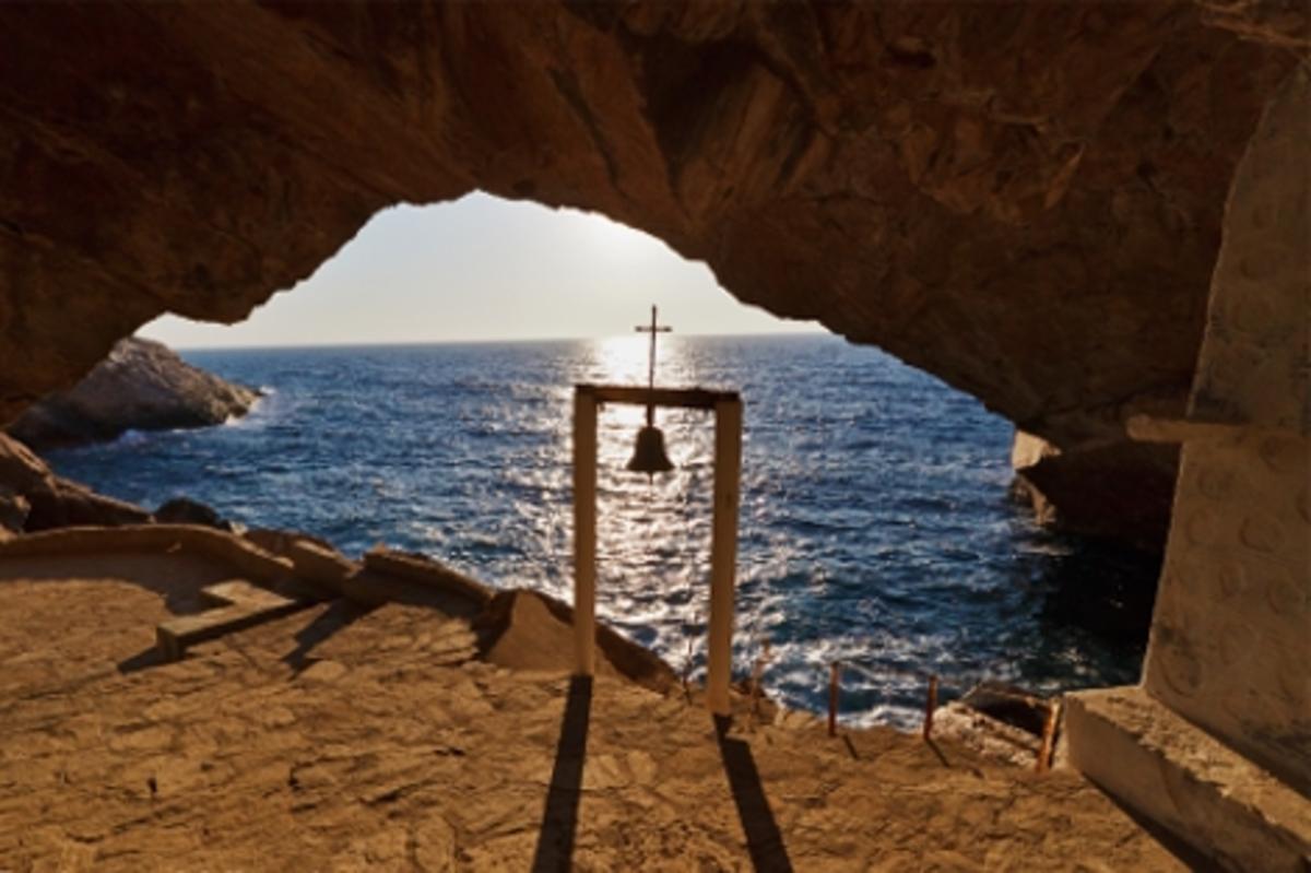 Σύρος: Η εκκλησία που είναι προσβάσιμη μόνο από τη θάλασσα και έγινε θέμα στη Huffington Post – Δείτε φωτογραφίες! | Newsit.gr