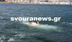 Θεοφάνεια: Οι γενναίοι της Καστοριάς – Έπιασαν το σταυρό στην παγωμένη λίμνη [vid]