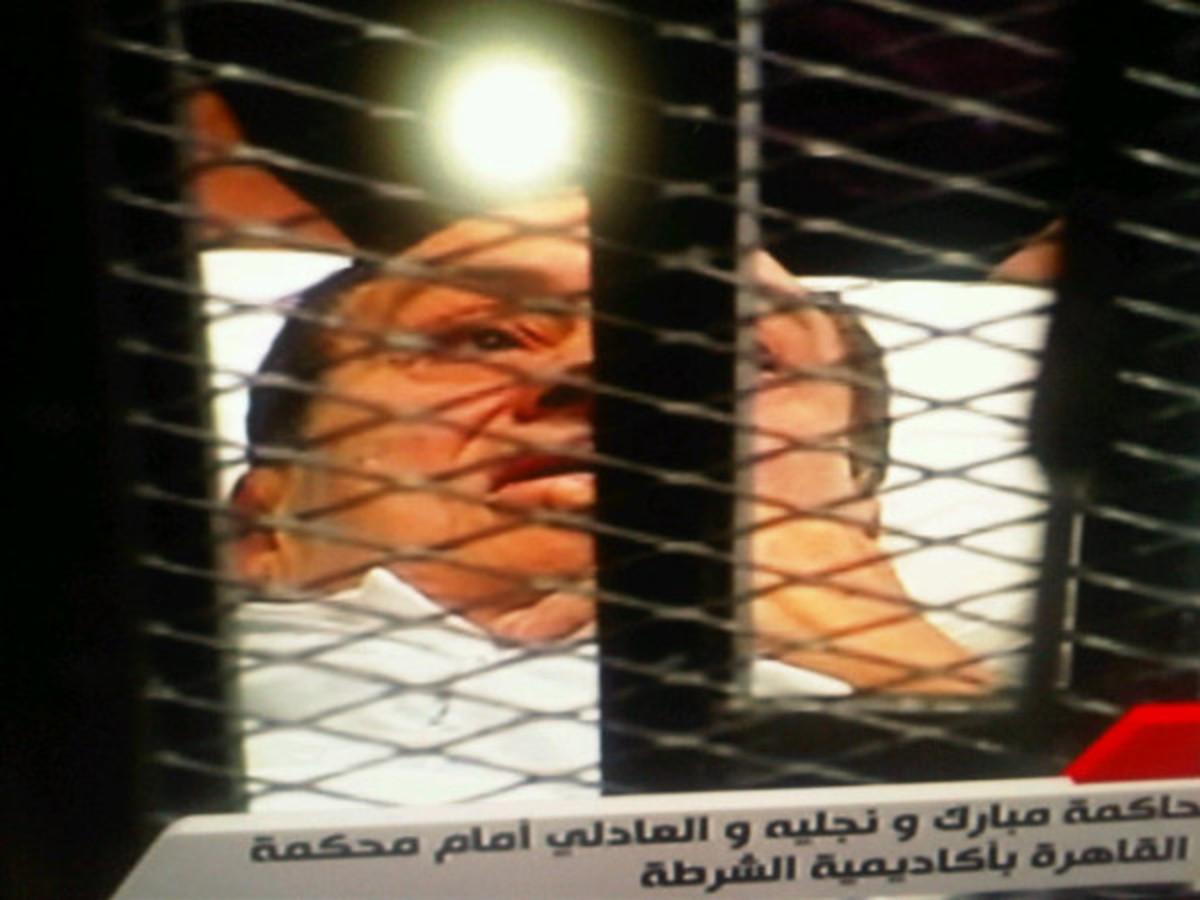 Με φορείο ο Μουμπάρακ στο δικαστήριο! φωτο και βίντεο   Newsit.gr