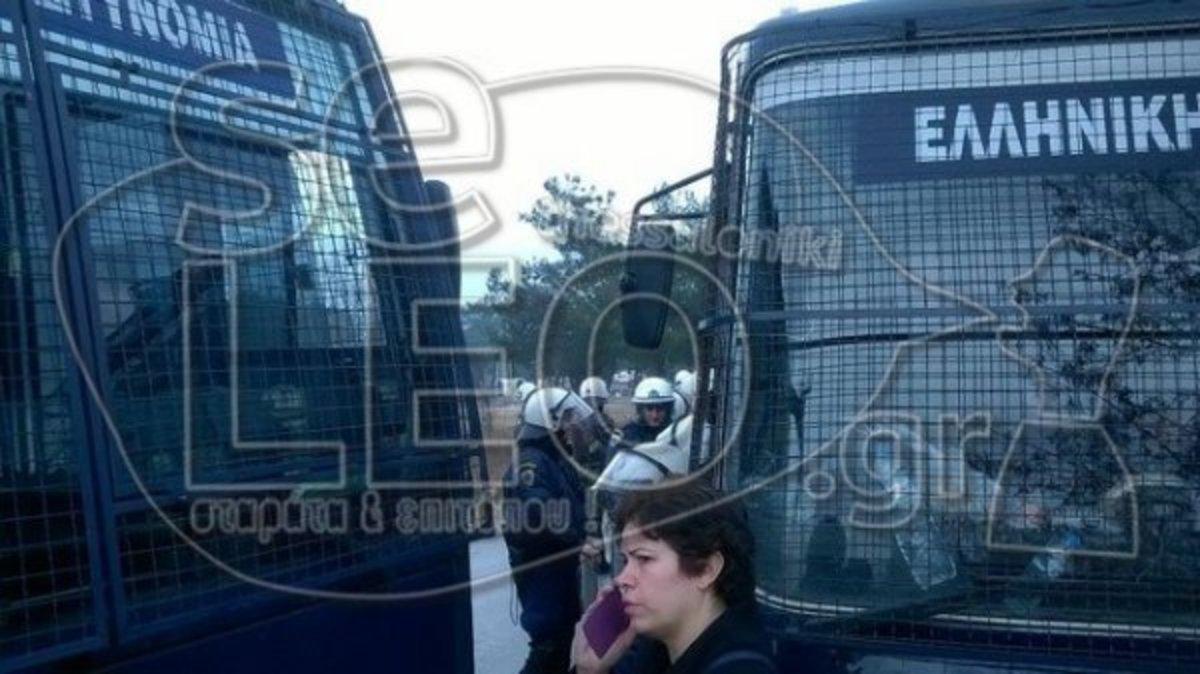 Θεσσαλονίκη: Ξανά απέναντι στα ΜΑΤ οι κάτοικοι στα Διαβατά – Οργή έξω από το στρατόπεδο! | Newsit.gr