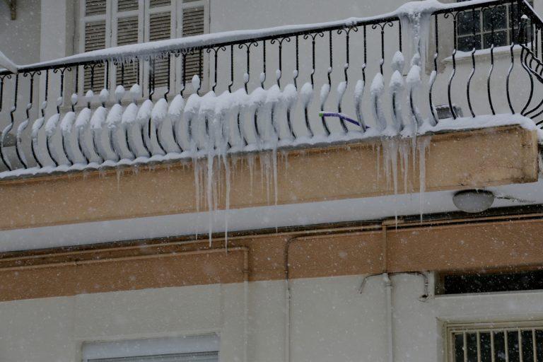 Χιόνια Βόλος: Πάγωσαν φανάρια και μπαλκόνια σπιτιών – Δείτε τις εικόνες στο κέντρο [pics] | Newsit.gr