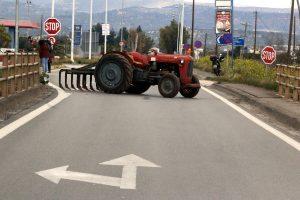 Μπλόκα Αγροτών: Δίωρος αποκλεισμός στον κόμβο Δερβενίου – Έκλεισαν και τα δύο ρεύματα!