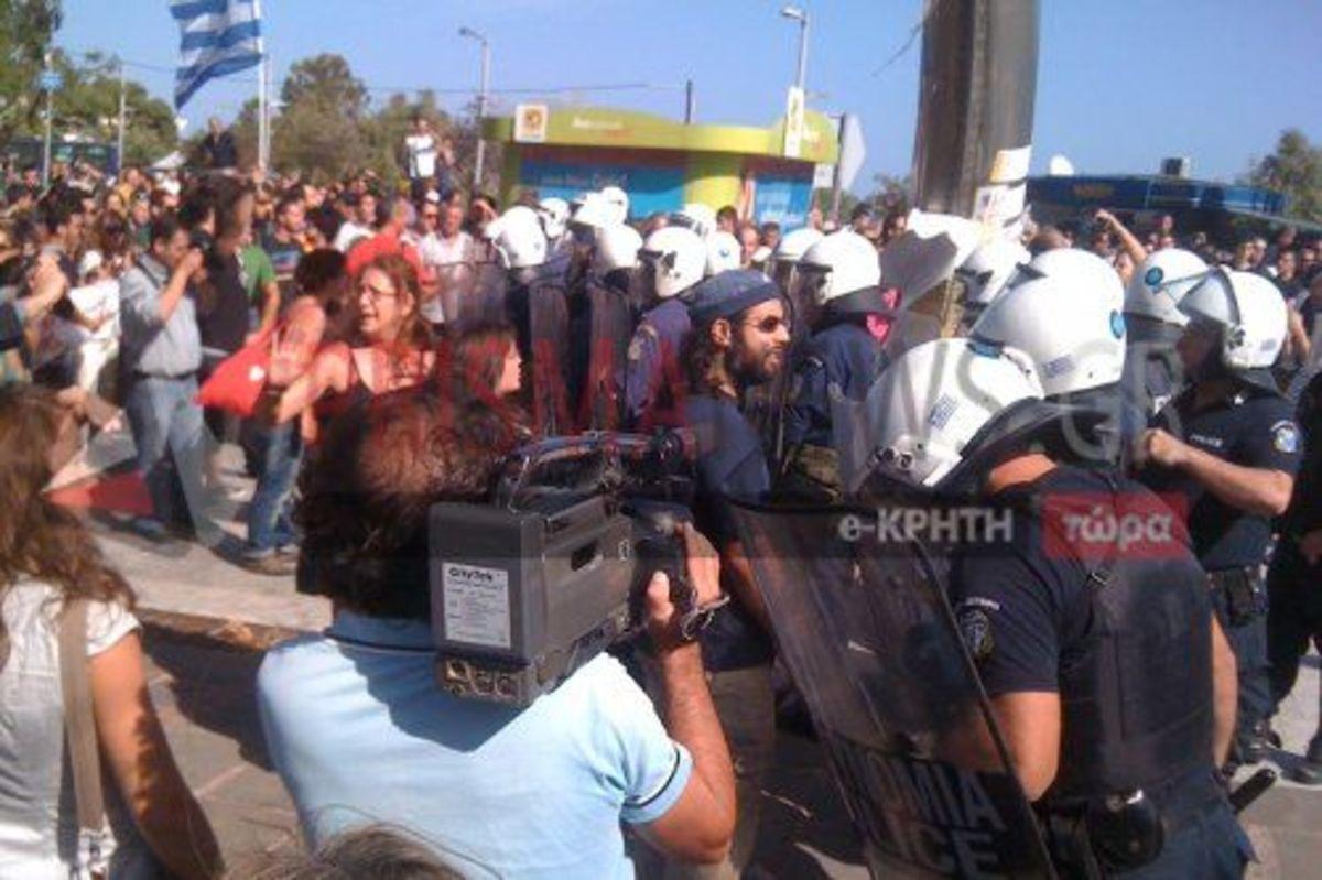 Ηράκλειο: Φυγάδευσαν τους επισήμους – Μπουκάλια και συνθήματα στην παρέλαση! | Newsit.gr