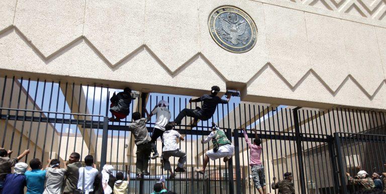 Χιλιάδες πολιορκούν την πρεσβεία των ΗΠΑ στην Υεμένη   Newsit.gr