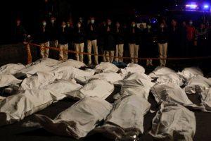 Σκληρές εικόνες: Πτώματα στην σειρά μετά από ανατροπή τουριστικού λεωφορείου