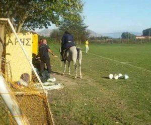 Λάρισα: Παπάς καβάλα σε άλογο – Σκηνές απείρου κάλλους σε γήπεδο ποδοσφαίρου [pic, vid]